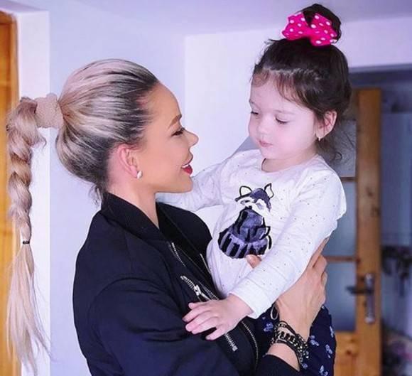 Noua ipostază în care se fotografiază Bianca Drăgușanu alături de fetița ei. Cine este noul membru al familiei lor?