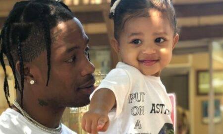 """Travis Scott spune că o păstrează pe fiica lui, Stormi Webster """"conștientă de ce se întâmplă în lume"""" încă de la o vârstă fragedă"""