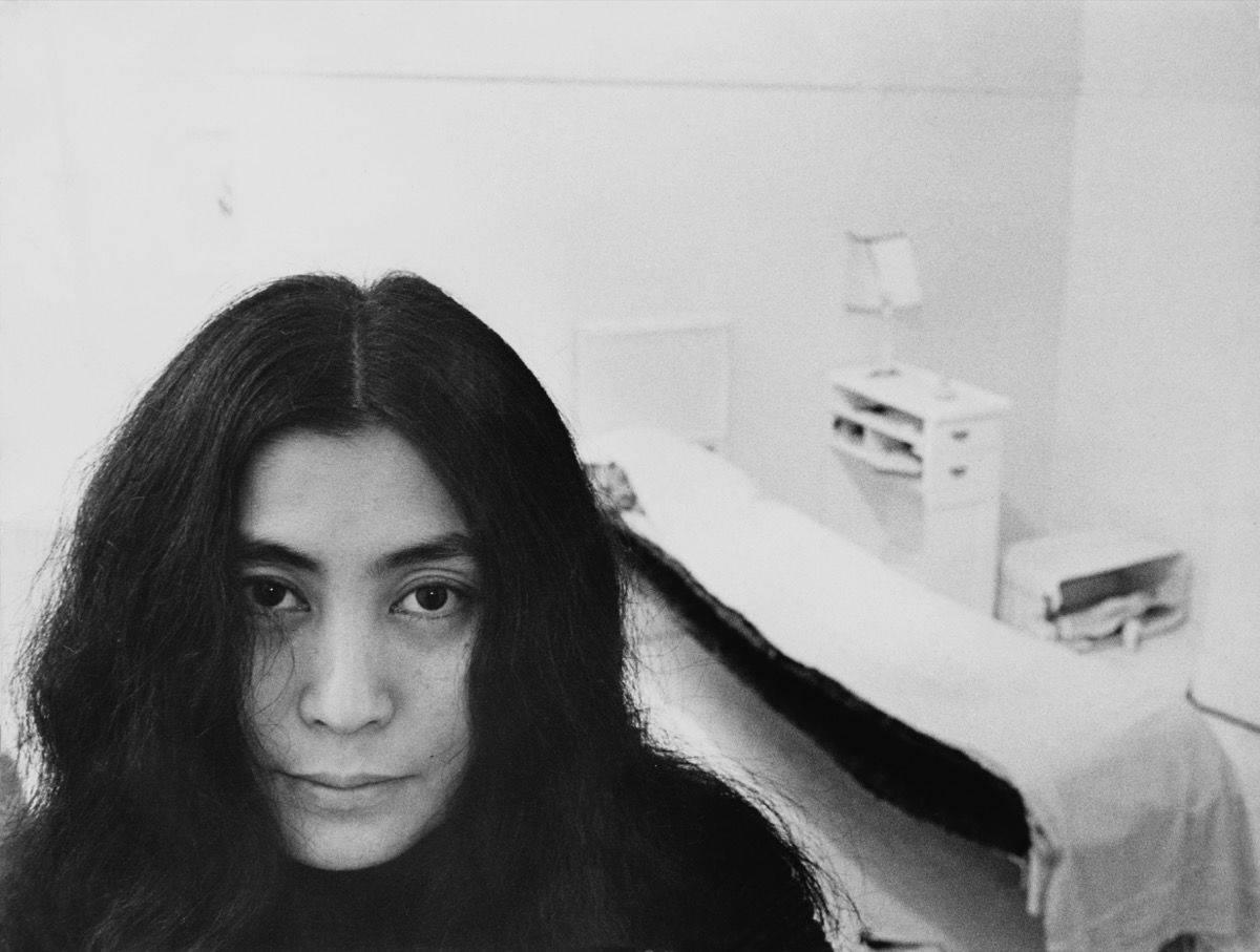 Yoko Ono faimoasă în anonimat