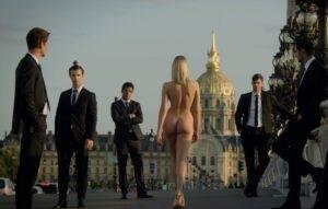 """Moldoveanca de peste Prut care a apărut goală într-o secvență a serialului """"Emily în Paris"""" de pe Netflix"""