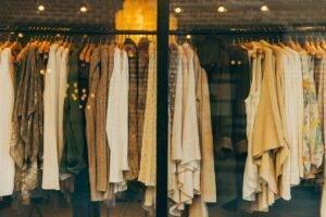 Care sunt piesele vestimentare ce nu ar trebui să lipsească din garderoba unei doamne anul acesta?