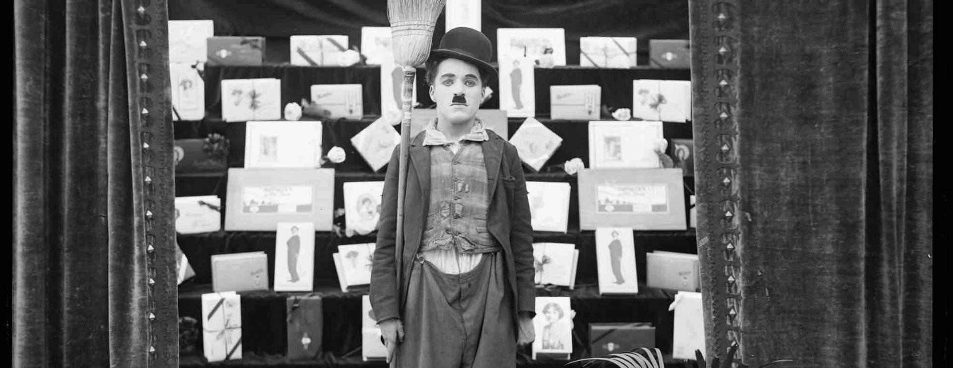 Charlie Chaplin, simbolul filmului mut, ar fi împlinit azi 132 de ani!
