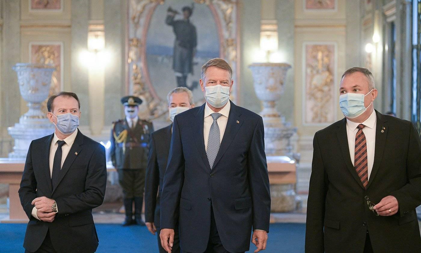O fotografie în care apare Iohannis a stârnit controverse! Cine este bărbatul cu mustața desenată pe mască