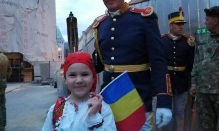 Video. Moment unic în România. La doar câțiva anișori, o fetiță a defilat cu militarii Brigăzii 30 Gardă