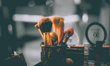 Obiceiuri pe care majoritatea femeilor le au atunci când vine vorba de make-up și care dăunează sănătății