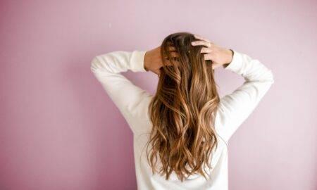 Topul celor mai comune greșeli care ți-ar putea deteriora părul foarte tare