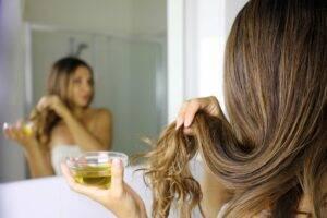 4 uleiuri naturale care vă vor ajuta să aveți un păr cât mai sănătos pe o perioadă îndelungată
