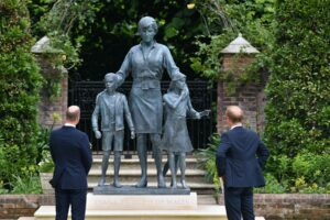 A fost dezvelită statuia construită în cinstea prințesei Diana! Cei doi prinți au fost prezenți la eveniment