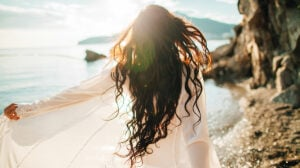 Cum îți poți proteja cel mai bine părul în perioada verii