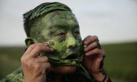 Liu Bolin, omul fenomen care poate deveni invizibil. Imaginația îl ajută să se camufleze perfect
