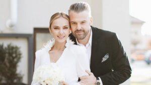 Roxana Ionescu spune povestea celor trei rochii de mireasă pe care le-a purtat la nuntă. Totul a fost de vis