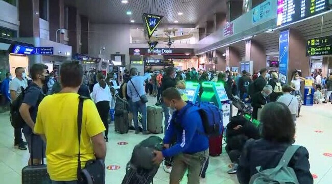 """Cozi, nervi și răbdare pusă la încercare pe aeroportul Otopeni: ,,Toată lumea un stres și un nerv."""""""