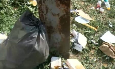 Suntem ceea ce lăsăm în urma noastră! Turiștii din Costinești lasă zilnic tone de gunoi în spațiile publice