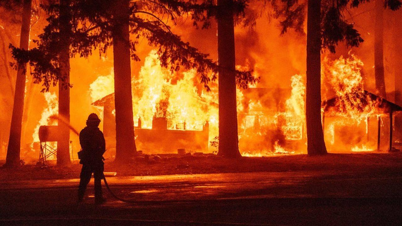 Flăcările au cuprins California! S-au dat noi ordine generale de evacuare, din cauza incendiului Dixie