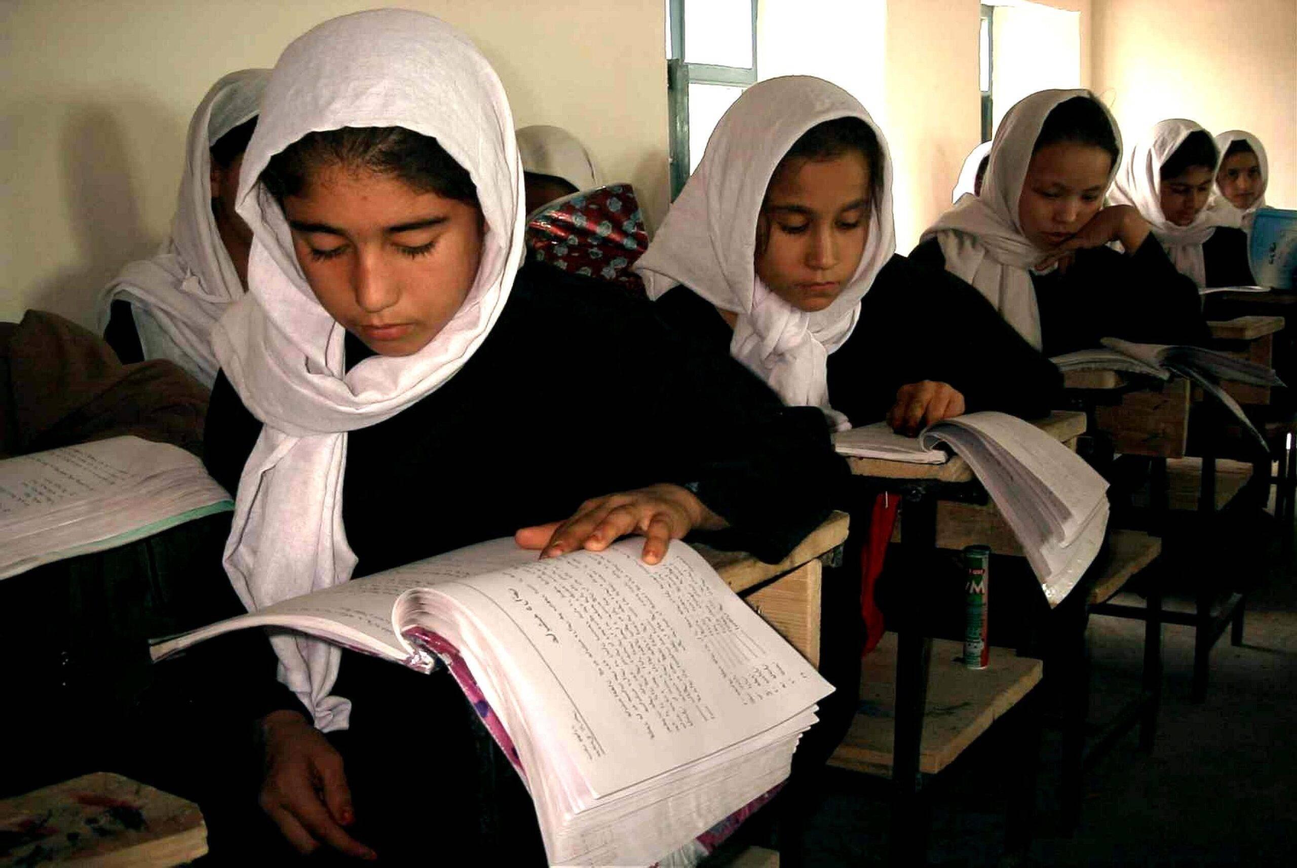 Talibanii au dat primele legi! Fetele nu mai au voie să stea cu băieții în aceeași școală