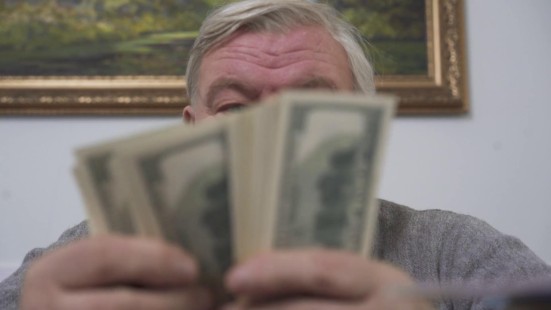 Bătrân de 81 de ani, păcălit să dea 10.000 de lei unor presupuși curieri ai Bisericii
