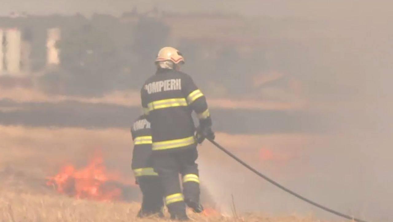 Pompierii din România au fost în alertă din cauza mai multor incendii. Au ars mai multe hectare de vegetație