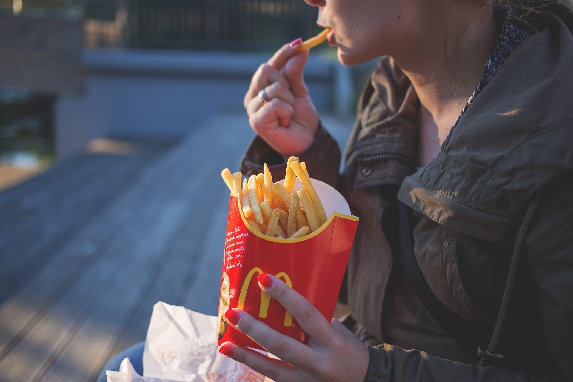 O femeie din Rusia a dat McDonald's în judecată după ce o reclamă a lanțului fast food a făcut-o să păcătuiască