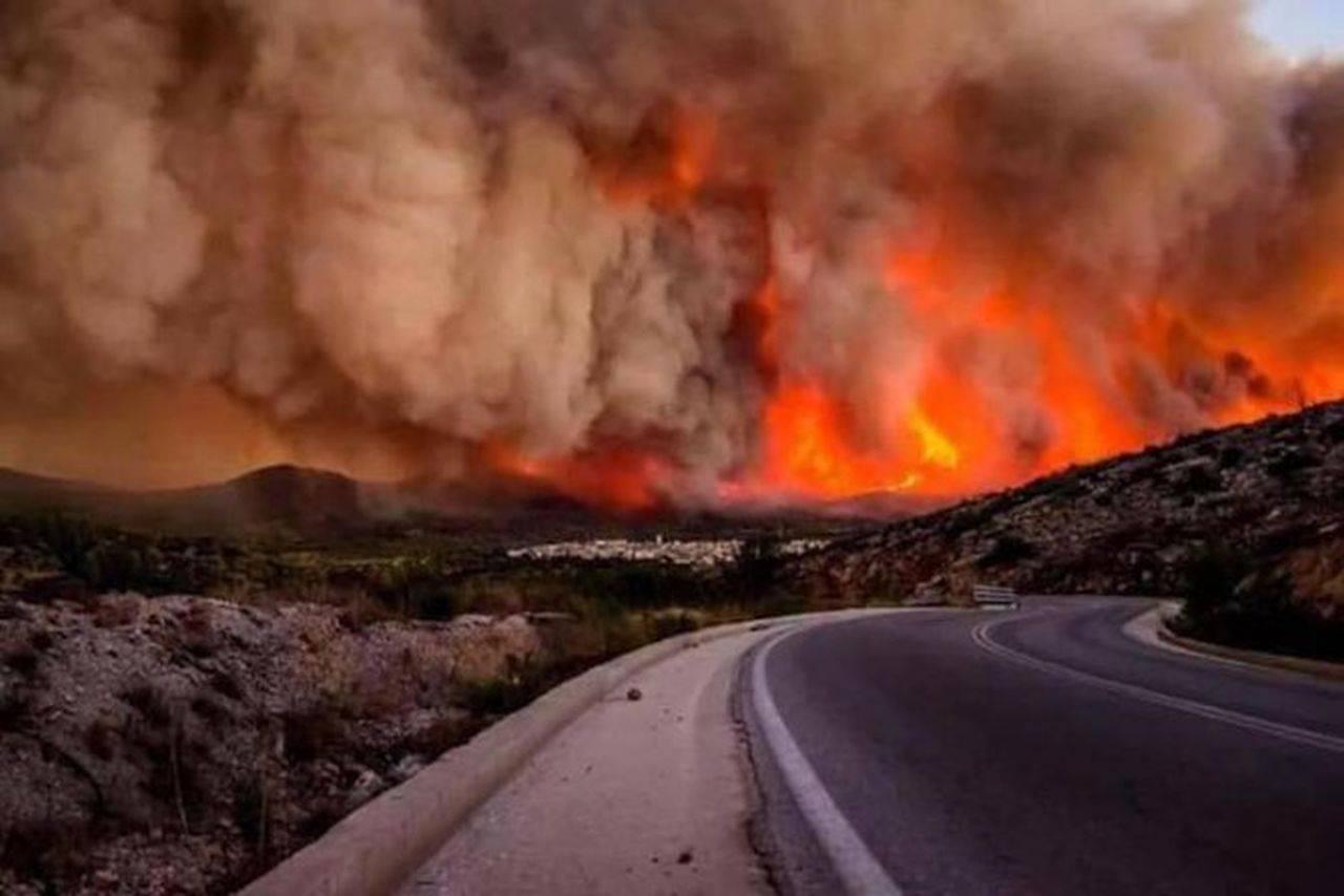 """California, cuprinsă de flăcări! """"Dixie Fire"""" devine al doilea cel mai mare din istoria statului"""