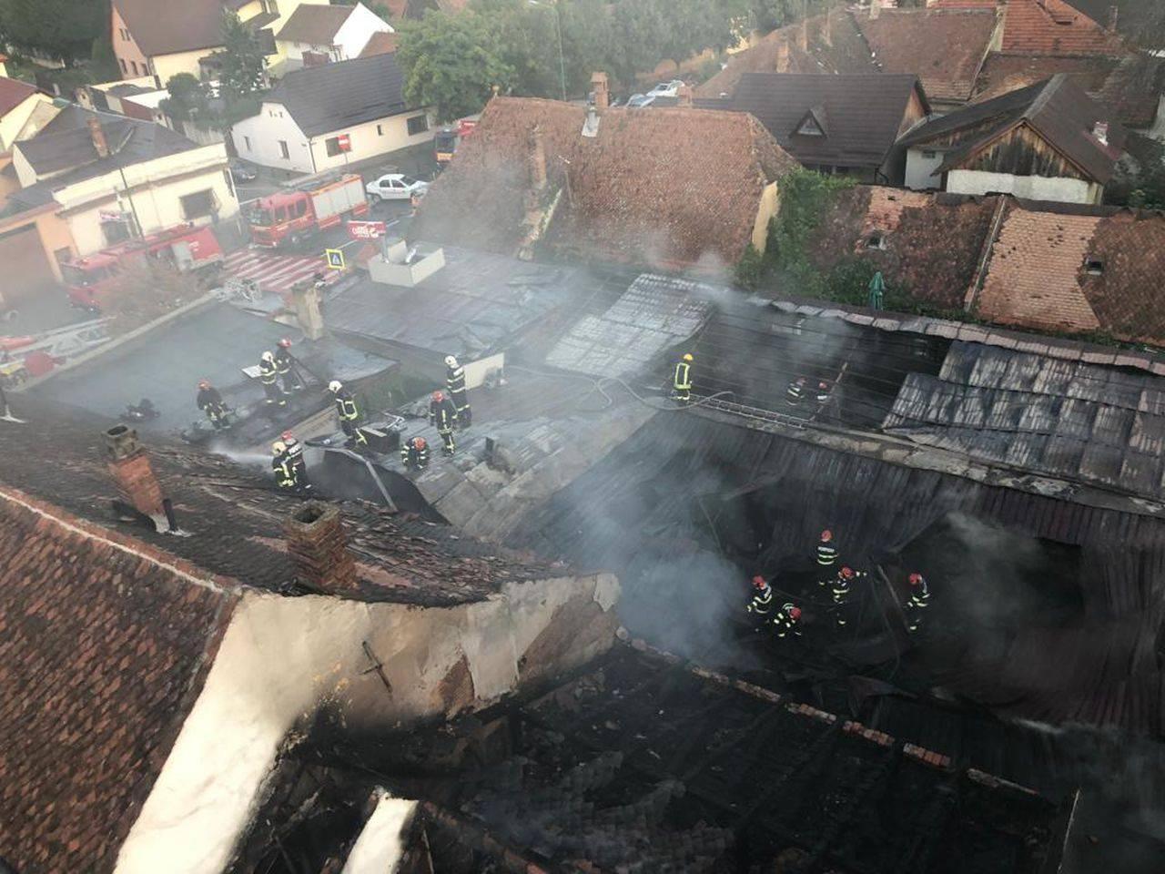 Un restaurant din Brașov a fost mistuit de un incendiu! Flăcările s-au extins la alte două depozite