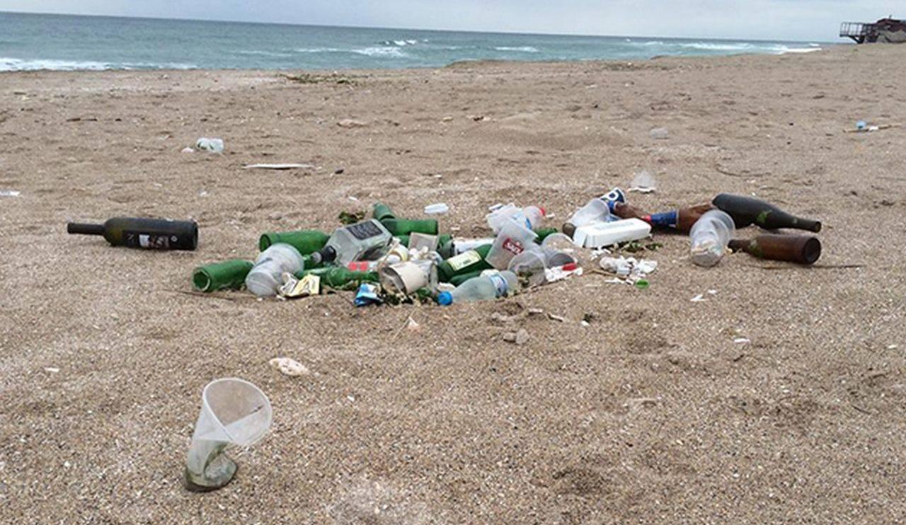 Românii au făcut din plajele sălbatice adevărate ghene de gunoi! Nisipul este plin de măști, scutece și sticle