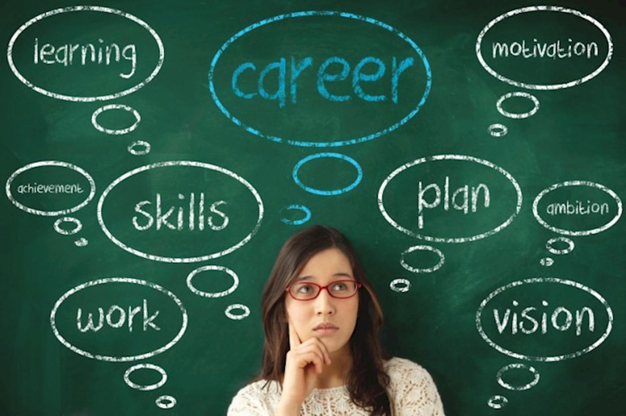 Tot mai mulți absolvenți de liceu dau studiile superioare pe munca în străinătate sau șomaj