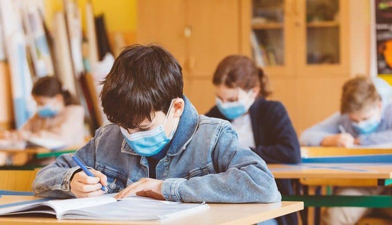 Hotărâre oficială a Guvernului! Măștile textile vor fi interzise în unitățile de învățământ