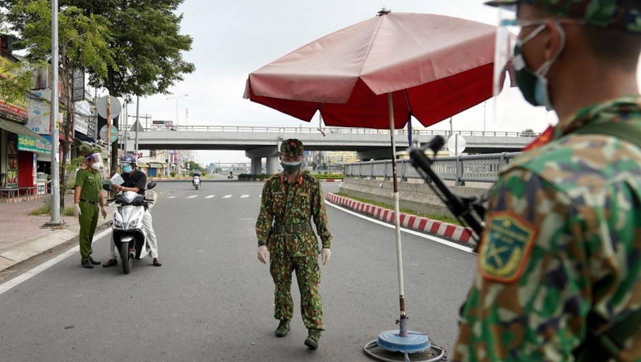 În Vietnam, oamenii sunt ținuți în case, din cauza pandemiei! Soldații au fost trimiși să păzească străzile