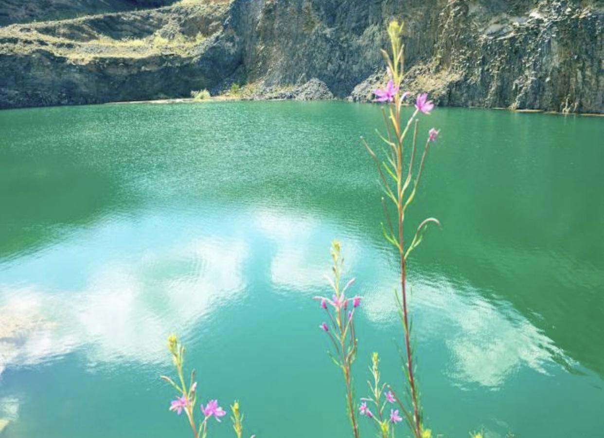 Există în România! Lacul de Smarald și Coloanele de bazalt de la Racoș. Peisajul ce pare desprins de pe alt continent!