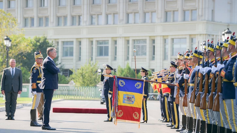 """Klaus Iohannis a oferit Drapelul de luptă Spitalului Universitar de Urgenţă Militar """"Carol Davila"""""""