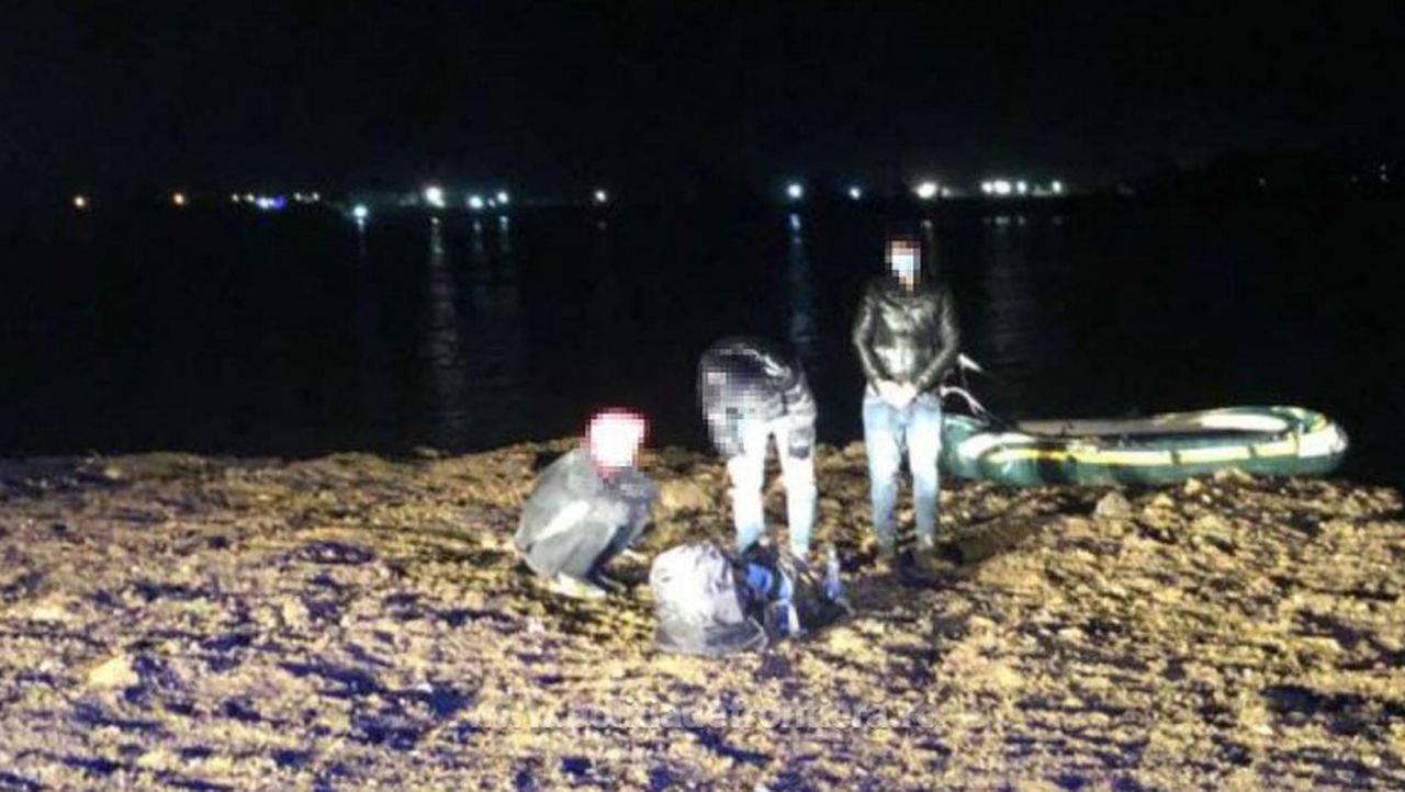 VIDEO. Zece cetățeni afgani au fost prinși trecând Dunărea, cu o barcă gonflabilă