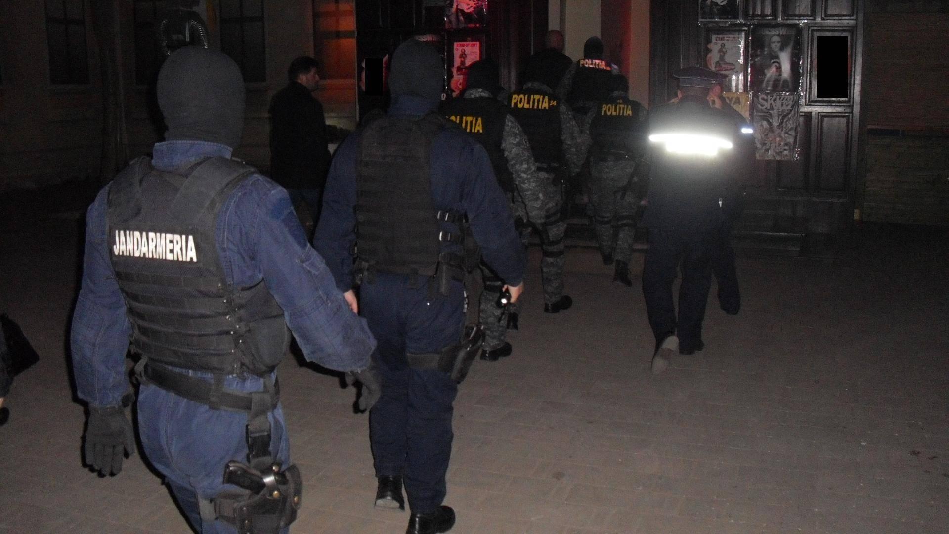 Arme și muniție, găsite la un cuplu din Capitală! Polițiștii au făcut descoperirea după o ceartă între cei doi