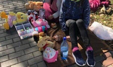 Cu lacrimi în ochi, două fetițe din Neamț își vând ultimele jucării, pentru a putea plăti facturile