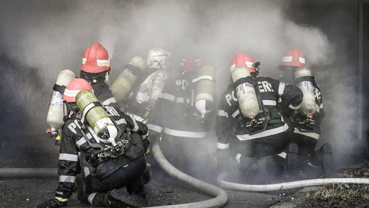 Incendiu puternic în Brăila! Tone de cereale și mai multe animale au fost mistuite de flăcări