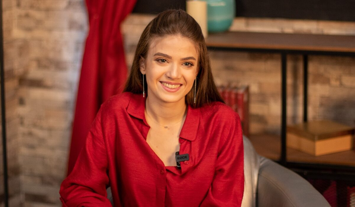 """Mara Oprea, protagonista serialului fenomen """"Adela"""", despre legătura cu social media și iubirea pentru vacanțe"""