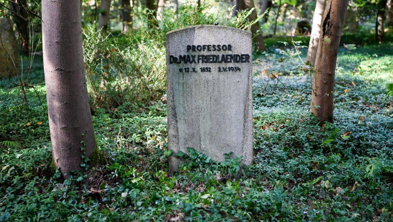 Negaționist al Holocaustului, înhumat în mormântul unui evreu! Biserica își cere scuze