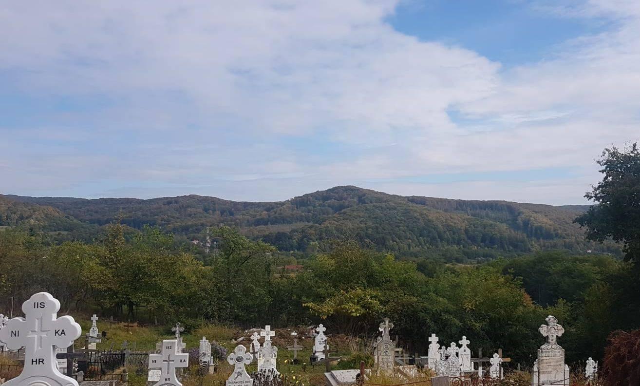 Tranșee în cimitirele române! Primăria Botoșani a închiriat un excavator pentru a putea înmormânta persoanele decedate