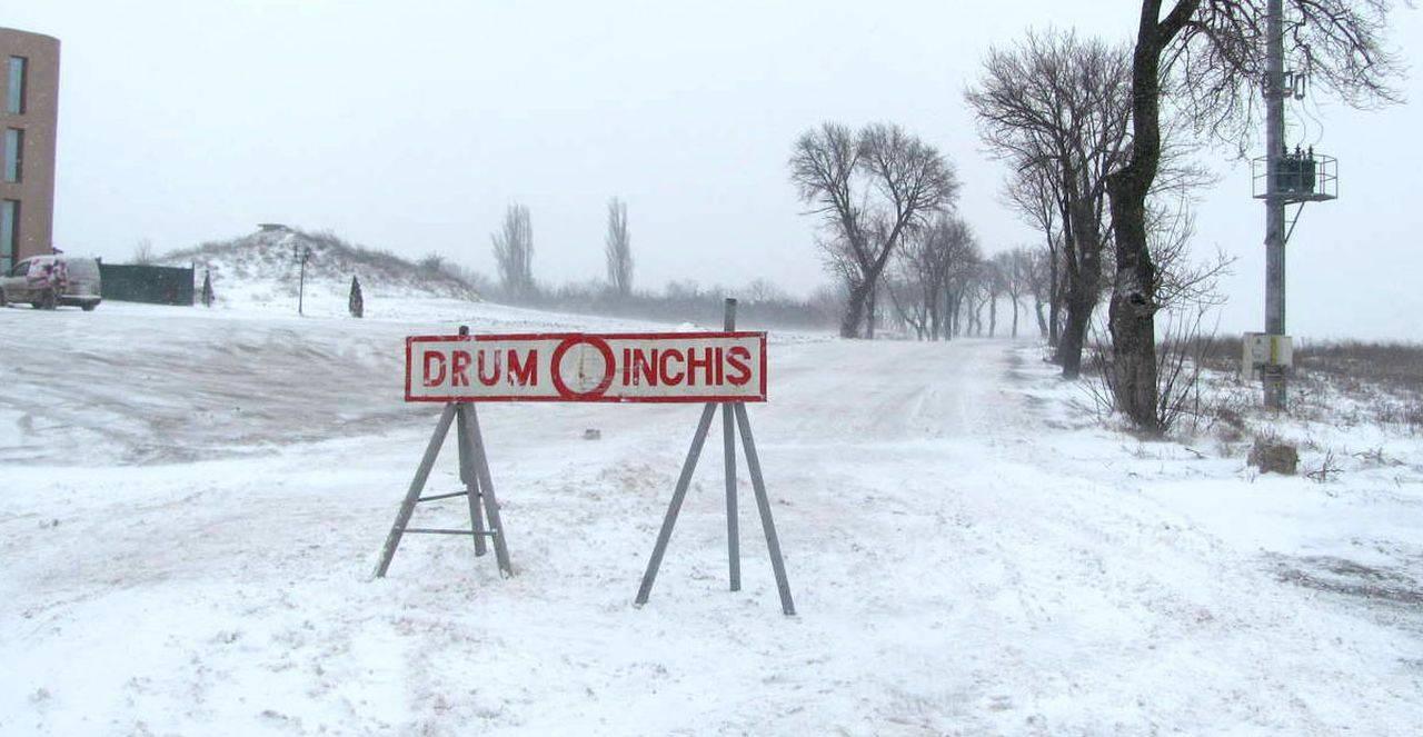 Poleiul și zăpada închid mai multe drumuri din România