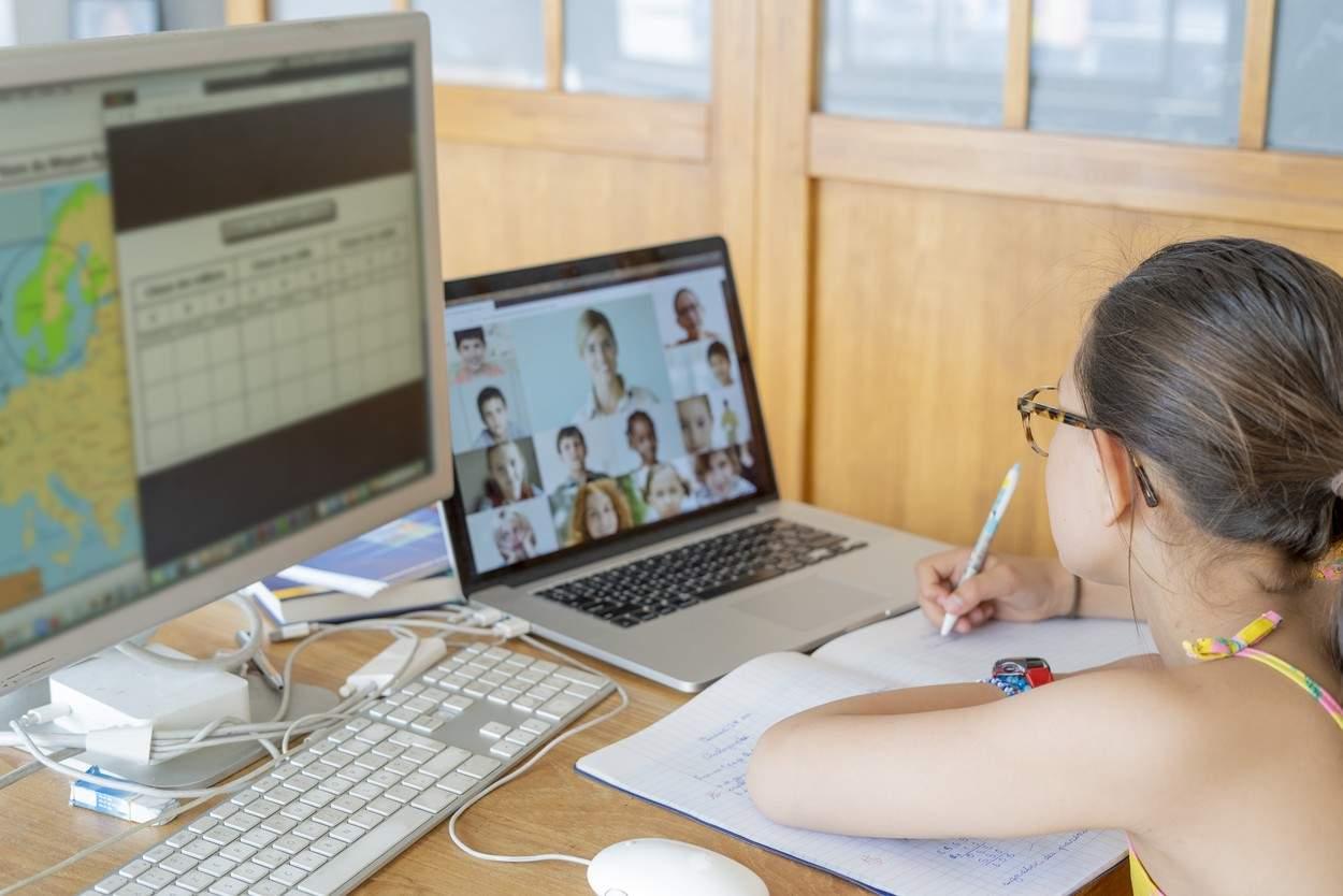 Un nou sprijin pentru părinții ai căror copii învață online. Ce trebuie să facă aceștia pentru a primi ajutor financiar