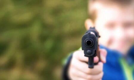 În timp ce stătea pe Zoom, o femeie a fost împușcată în cap de copilul său în vârstă de doi ani