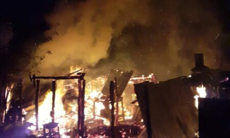 O femeie de 80 de ani și-a dat foc la gospodărie în timp ce încerca să facă țuică