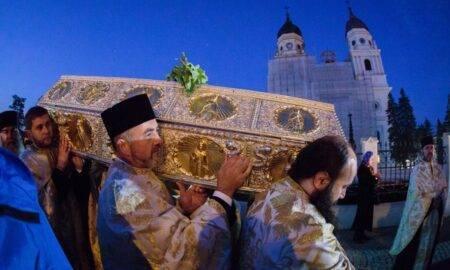 Racla cu moaștele Sfintei Parascheva, scoasă pentru închinare! Ce reguli trebuie să respecte pelerinii