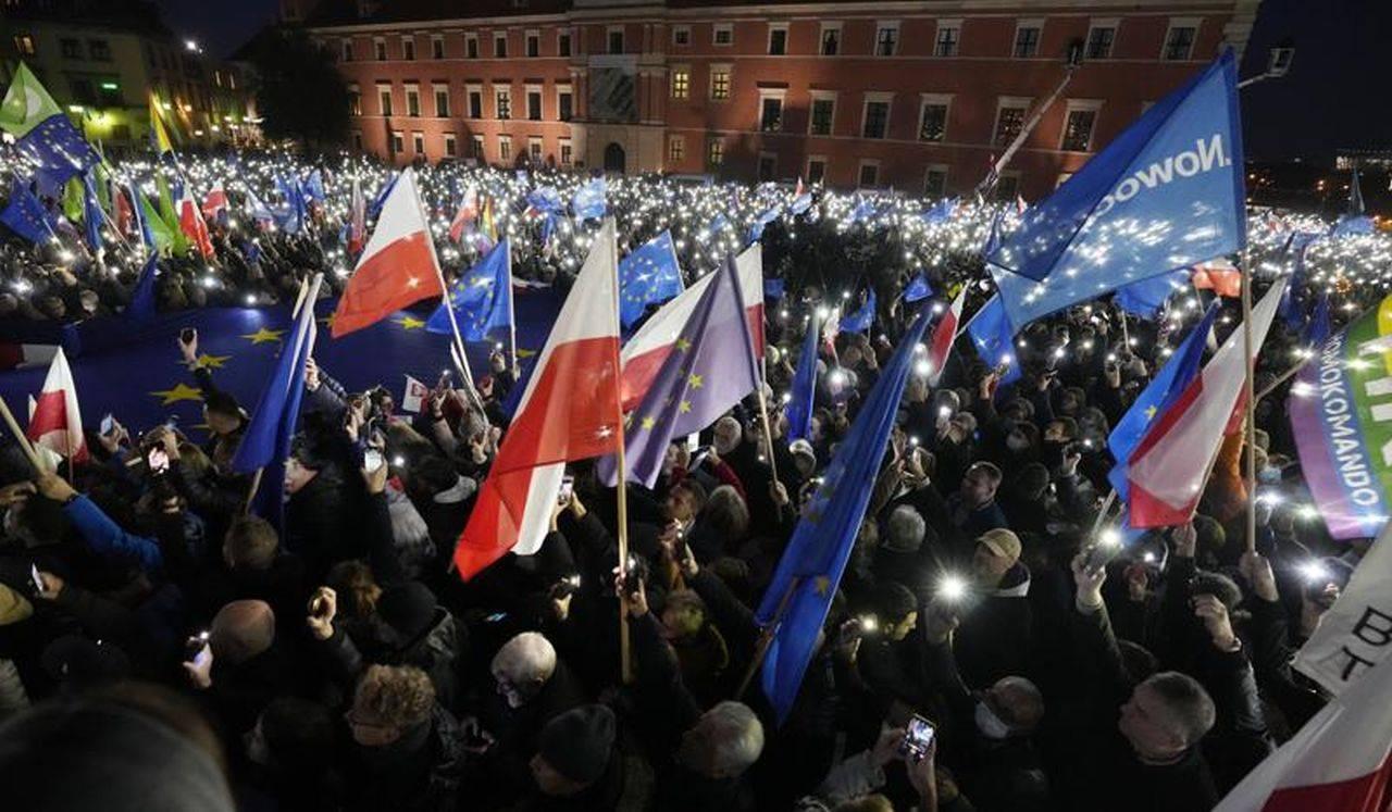 Teama de un Polexit i-a scos pe polonezi în stradă. Oamenii au ieșit să-și arate susținerea față de Uniunea Europeană