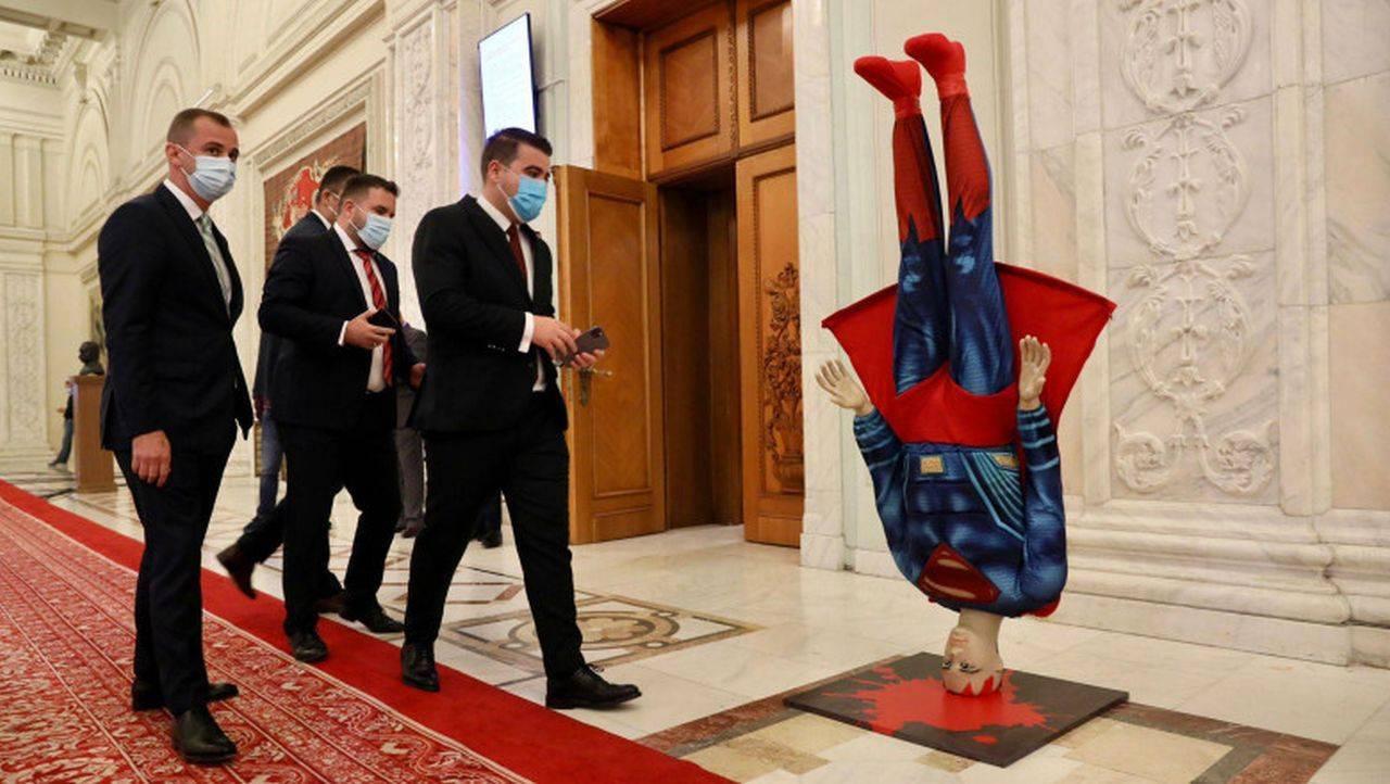 În plină criză, pe scena politică se servește circ ieftin! PSD a venit în Parlament cu o machetă Superman căzut în cap
